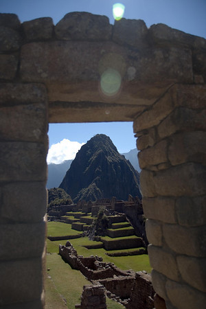 Machu Picchu, Peru - View of Waynapicchu through Gate (2008-07-05)