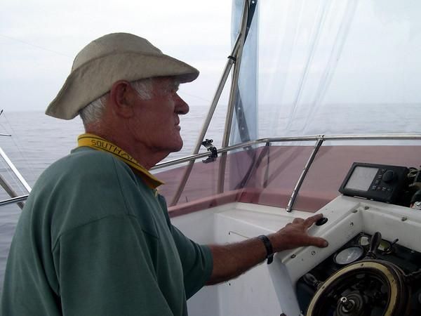 Eg satt mykje oppe på øverste dekk og snakka med the captain..