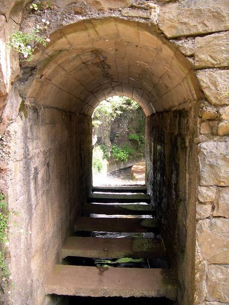 Kanalane gjekk igjennom små tunellar..gode sko og stødige bein var apsolutt og anbefalla...