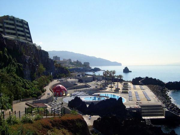 Madeira er en portugisisk øygruppe i Nord-Atlanteren. Den består av to bebodde øyer; Madeira og Porto Santo. Dessuten er det fem ubebodde øyer fordelt på to mindre øygrupper Ilhas Selvagens og Ilhas Desertas. Madeira ligger ikke så veldig langt unna Kanariøyene og kysten av Afrika. Øyene har et areal på 797 km² og et innbyggertall på omkring 250.000. Hovedstaden heter Funchal. Øygruppen er siden 1976 en selvstyrt region i Portugal under navnet Região Autónoma da Madeira. Madeira utgir siden 1980 egne frimerker.<br /> I mangel på eigne badestrender laga dei til kunstige badeanlegg..