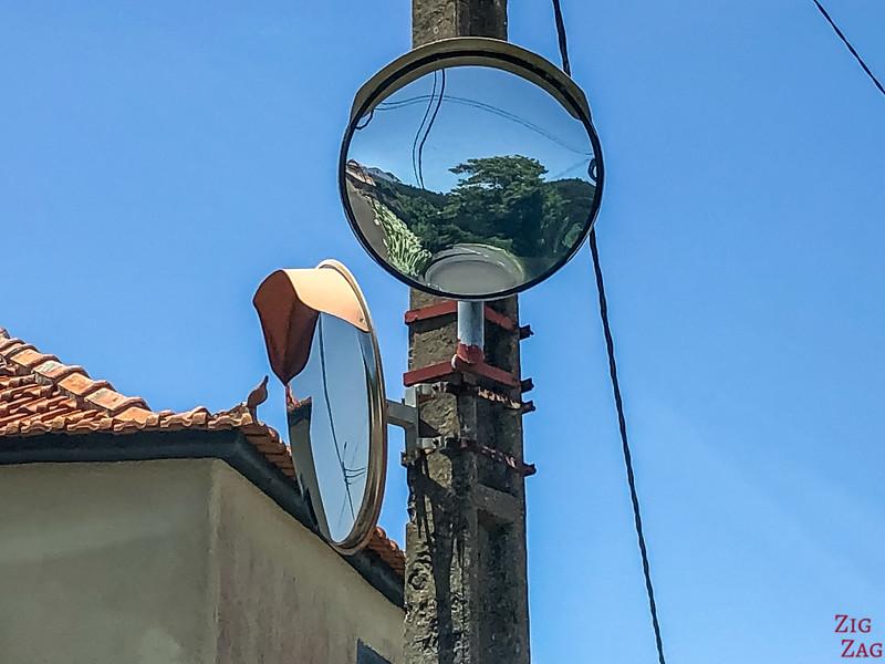 Spiegel an Kreuzungen in Madeira