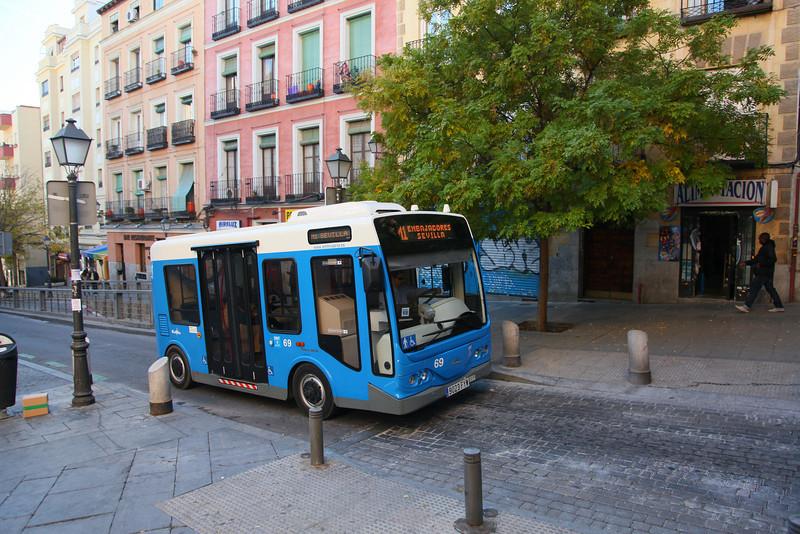 Electric mini-bus (Public Transportation) running mainly in small sidestreets. Madrid is already ahead of the Kopenhagen Treaty, it seems...