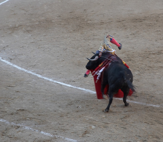 Yan almost got up and left after this incident. By the amount and volume of Yan's gasps, the locals can clearly tell that we are first timers.<br /> <br /> Surprisingly, he got up and finished the bull even though he was limping. Round of applause.