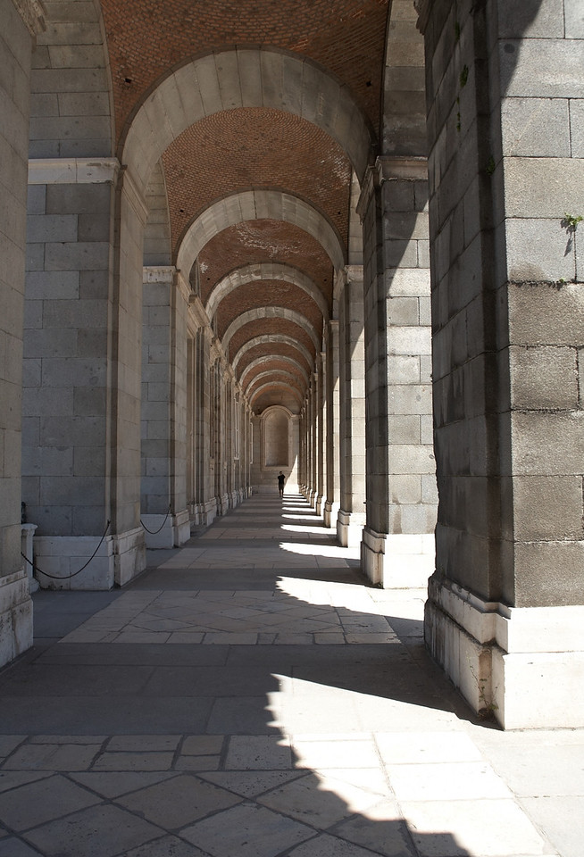 This is the western side of the Palacio Real's courtyard. To the left, you can see a garden.