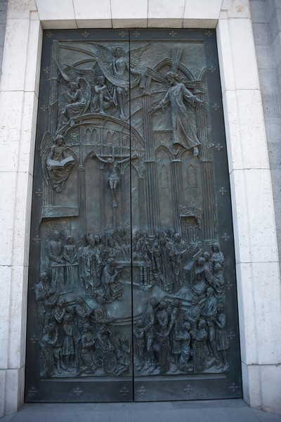 The middle door on the east side of Catedral de Nuestra Senora de la Almundena.
