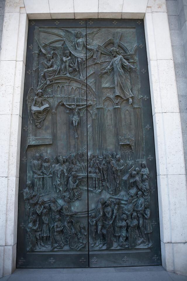 The middle door on the east side of Catedral de Nuestra Senora de la Almundena.
