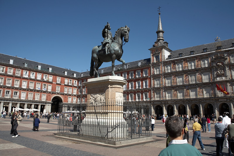 Plaza Mayor. This square is quite a gathering place for tourists. There are restaurants with outdoor seating and various performers.