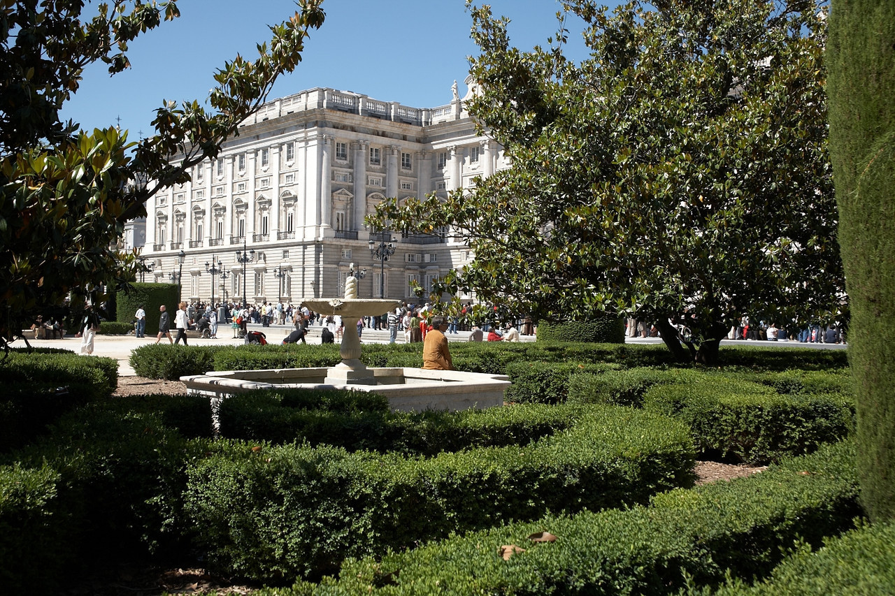 Palacio Real. This is the palace. Now, it's mainly for tourists, but occasionally, it's still used for royal functions. When we visited, a military band was performing outside. This is the east side of the palace. The visitor entrance is on the south side.