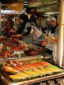 Malay-meiden in foodcourt Little India, Kuala Lumpur, Maleisië.