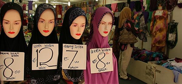 Nieuwe mode hoofddoekjes in alle kleuren, printen en maten. Little India, Kuala Lumpur, Maleisië.