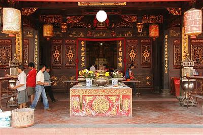 Het brengen van offers in de Cheng Hoon Teng Temple, Chinatown, Melaka, Maleisië.