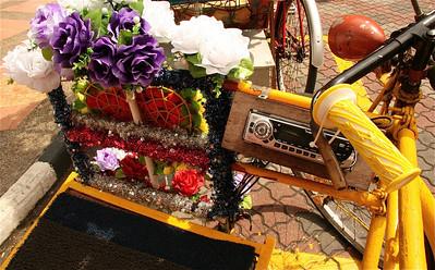 Let op detail: trishaw met radio-cd-speler, Melaka, Maleisië.