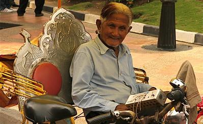 Oude Melaka trishaw-fietser, Melaka, Maleisië.