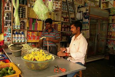 Bloemschikken. Little India, Melaka, Maleisië.