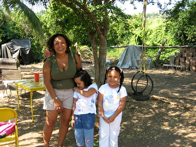 Jasmine with her daughter and neice.  Althought it's not obvious here, her daughter looks alot like Christina Ricci.