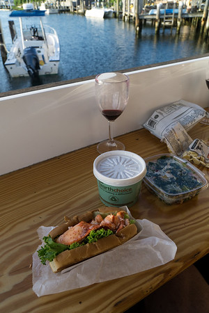 Oh yeah! Lobster roll, glorious clam chowder and un vaso del vino with a beautiful view. What more could you want?