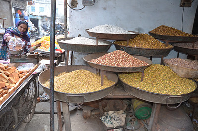 12E dried beans, chickpeas, nuts and puffed rice (Bhel)