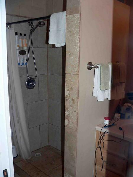 Maui Sunseeker room 104 bathroom
