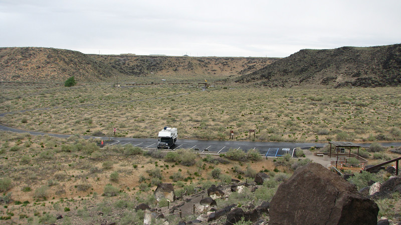 An overview of this smal canyon and its parking area.