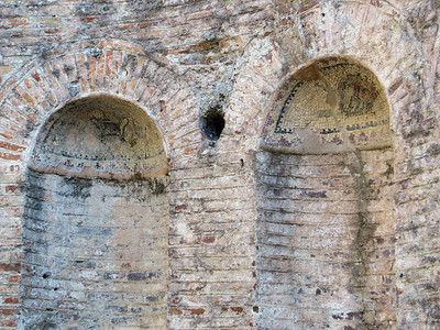 You can still see some mosaics in the arched niches.