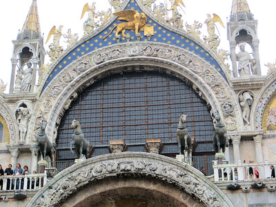The four bronze  horses above the entrance are Roman, made in the 2d or 3d century.  Originally displayed at the hippodrome in Constantinople, they were brought to Venice in the 13th century after the sack of Constantinople at the end of the Fourth Crusade.