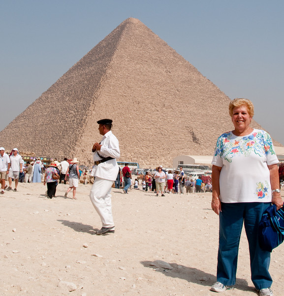 Sandy in front of the Pyramids