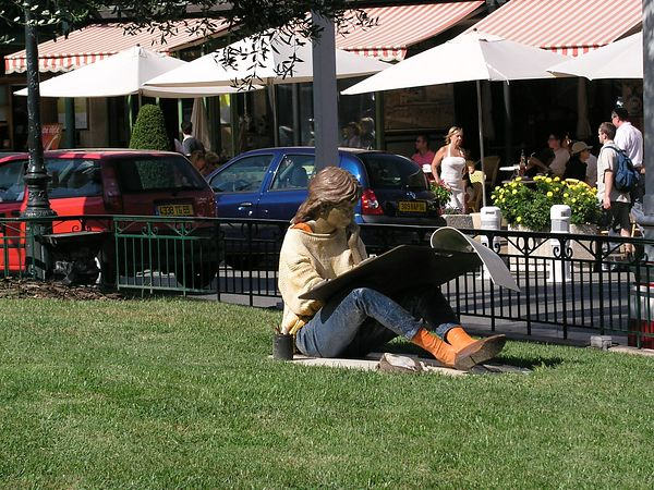 There are a number of lifelike statues in the park in front of the Casino.