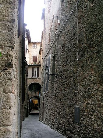 Voltera - Not an illusion, this wall has a very definite slant. This is a narrow alley in Voltera.