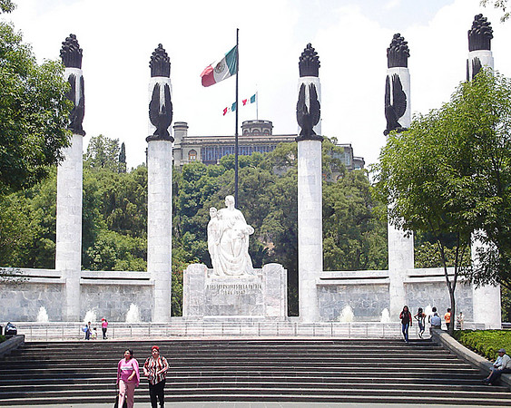 Monumento a los Niños Héroes, Castillo de Chapultepec in the background