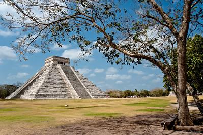 В дни весеннего и осеннего равноденствий (20 марта и 21 сентября) лучи солнца освещают западную балюстраду главной лестницы пирамиды таким образом, что свет и тень образуют изображение семи равнобедренных треугольников, составляющих, в свою очередь, тело тридцатисемиметровой змеи, «ползущей» по мере передвижения солнца к собственной голове, вырезанной в основании лестницы.