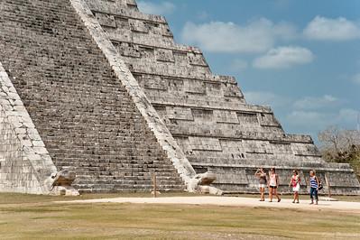 Если стать перед ступенями на расстоянии 100 метров и хлопнуть в ладоши, то с макушки пирамиды вернется эхо лопнувшей струны