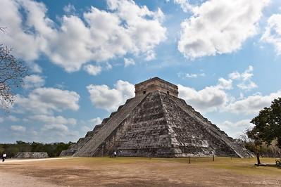 «Храм Кукулькана» — 9-ступенчатая пирамида (высота 24 метра) с широкими лестницами на каждой из сторон.
