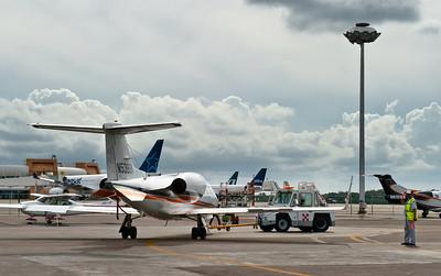 маленькие самолеткики буксируются маленькими машинками