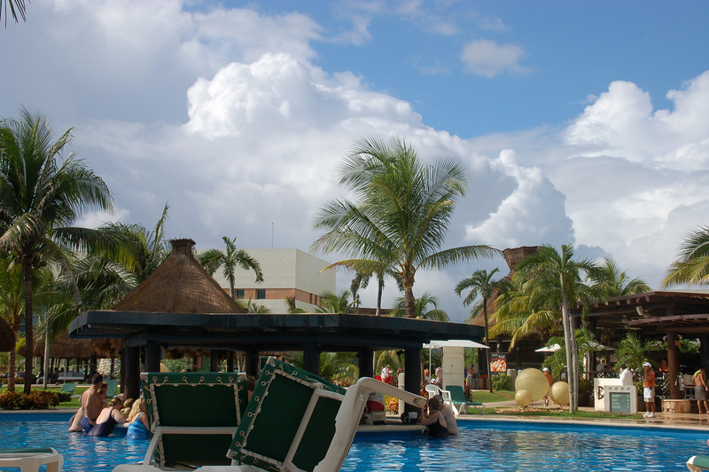 The sun is back out, no one moved from the  swim up pool bar......... What's up with those lounge chairs?