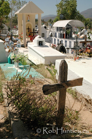 Cemetery in Santa Maria Huatulco, Mexico. © Rob Huntley