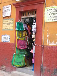 Kleurrijke boodschappentassen (een originele souvenir al zeggen we het zelf). San Miguel de Allende, Mexico.