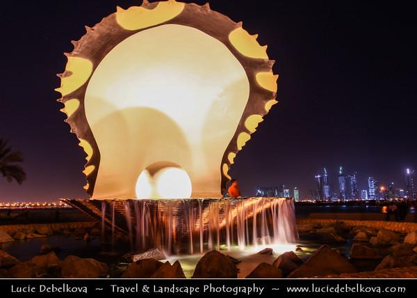 Qatar - Doha - الدوحة - ad-Dawḥa - ad-Dōḥa - Doha Corniche - Night View of Pearl & Oyster Fountain