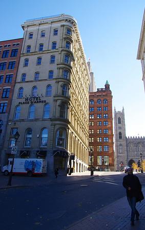 Première de Montréal à la sortie du métro «Place d'Armes».