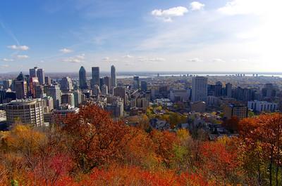 Vue sur le centre-ville de Montréal depuis le belvédère de Mont-Royal.