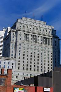 Construit en 1931, le building Sun Life est de style architectural Beaux-Arts. Pendant longtemps, il a été l'édifice le plus haut du Canada et de l'Empire britannique.