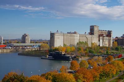 De section carrée et en acier, la plus vieille partie du silo no 5, a été construite de 1903 à 1906 pour la compagnie ferroviaire du Grand Tronc, est conçue par la John S. Metcalf de Chicago. Le site : http://pointedumoulin.ca