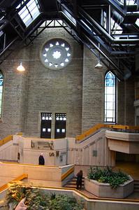 Entrée de l'Université du Québec à Montréal. La façade de l'ancienne église a été conservée!