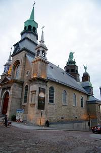La chapelle Notre-Dame-de-Bon-Secours fut mise en chantier en 1655 à l'instigation de Marguerite Bourgeoys, première éducatrice de Ville-Marie et fondatrice de la Congrégation de Notre-Dame. Construite en bois et reconstruite en pierre en 1675, elle fut détruite par le feu en 1754. Reconstruite en 1771; son apparence actuelle date de la fin du xixe siècle. Son plafond, orné par les huit scènes peintes par François-Édouard Meloche entre 1886 et 1891, illustre la vie de la Vierge.