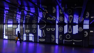 Superbe mur animé dans le complexe de la Place des Arts