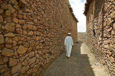 Passaggio tra muri in pietra di villaggio berbero