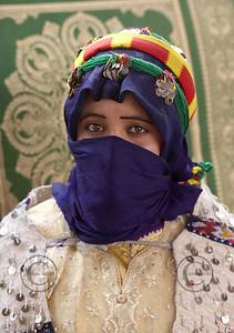"""IMILCHIL LE 26/08/2006  Fte du """"Moussem"""" d'Imilchil dans le Haut Atlas au Maroc. Fte ancestrale berbre ayant pour but de faire se rencontrer les jeunes filles et garons des villages du Haut Atlas pour se marier. Cette annŽe 16 couples ont ŽtŽ mariŽs dans la journŽe par les autoritŽs religieuses et civiles de la province de Rachidia.   Selon la lŽgende, une jeune fille A•t Yaaza aimait un beau A•t Ibrahim. RomŽo et Juliette berbre du Haut-Atlas, ils connurent la mme destinŽe tragique, de mourir sans pouvoir sÕaimer ni se marier. Cette dŽception des deux amoureux avaient fait couler beaucoup de larmes, qui donnrent naissance aux lacs Isli (le fiancŽ) et Tislit (la fiancŽe). Leurs parents, repentis, dŽcidrent quÕune fois par an, pour leurs progŽnitures jeunes garons et jeunes filles de se choisir librement et avec leur propre consentement de se marier, depuis, il y a une coutume que l'on appelle """"taqerfiyt"""" pendant laquelle un garon peut c™toyer son futur Žpoux ,l'union du couple ne trouve donc opposition.   © BAVEREL - STARFACE"""