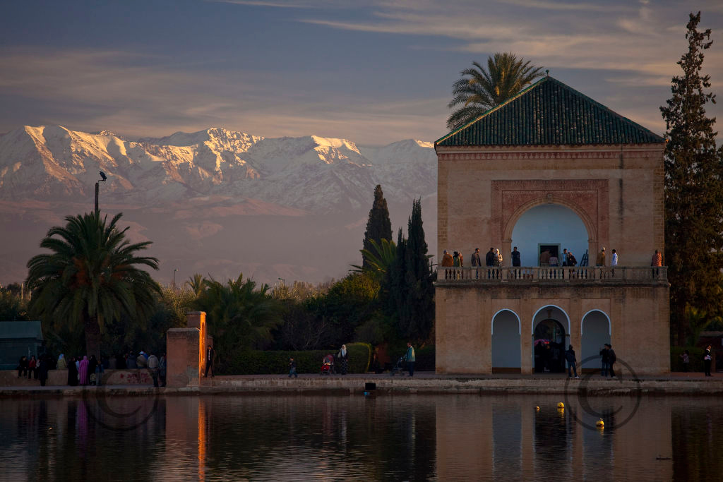 *legende*Jardins de la Menara avec les montagnes de lAtlas enneigee le jour du nouvel an musulman.