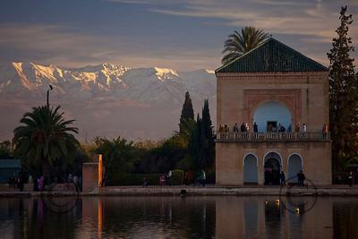 *legende* Jardins de la Menara avec les montagnes de lAtlas enneigee le jour du nouvel an musulman.