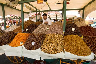 CAV18893 - venditori di frutta secca in Place Jemaa El Fna
