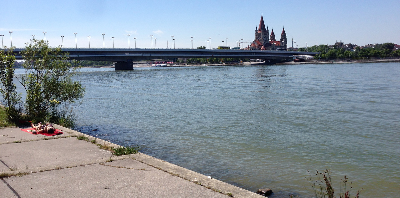 The island on the left, old Viena on the right.